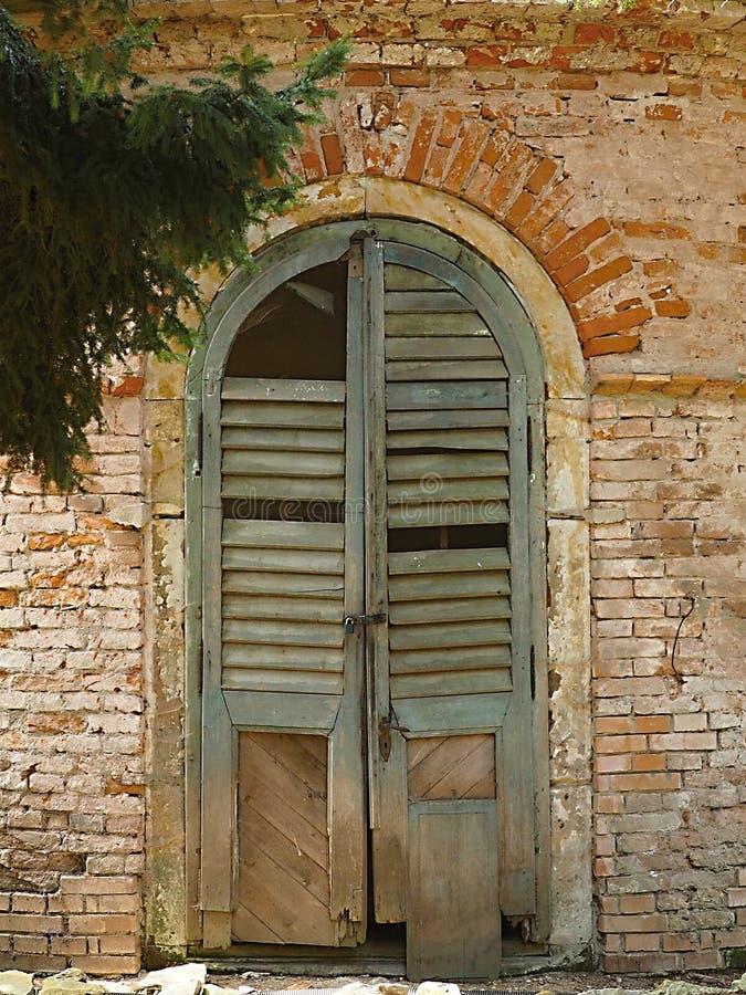 La vieja puerta de la ruina se destruye en el sótano del castillo imagen de archivo libre de regalías