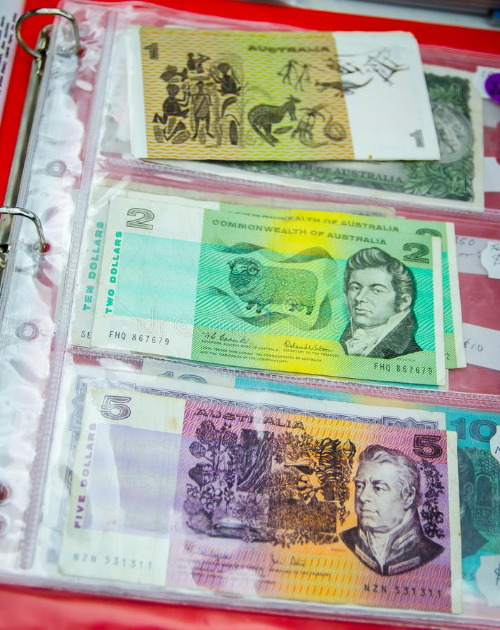 La vieja versión de billetes de banco australianos en el valor de 1, 2 y 5 dólares imagen de archivo