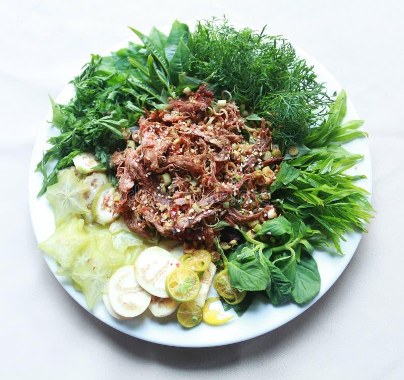 La vietnamita ha asciugato la carne tagliuzzata bufalo con le erbe e le verdure immagine stock