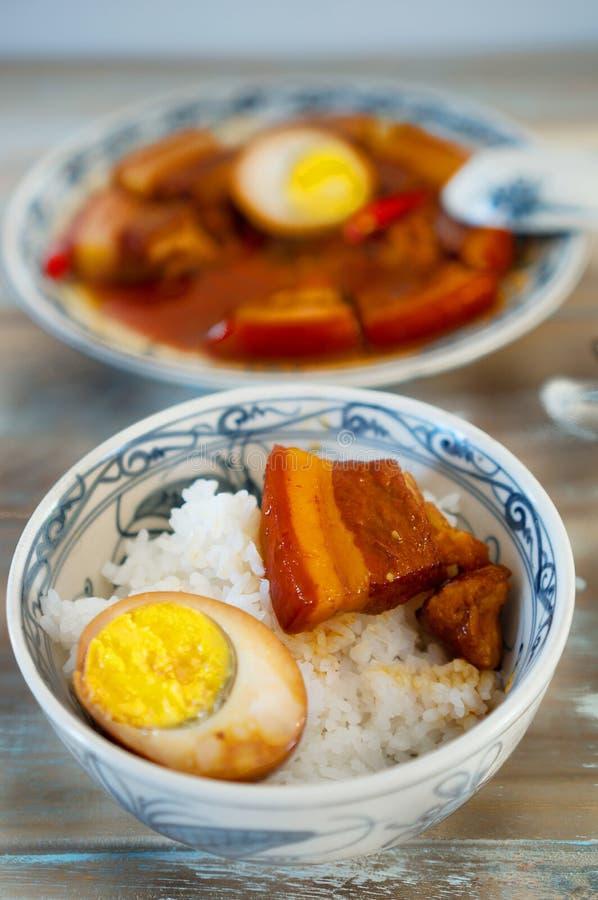 La vietnamita ha brasato la carne di maiale in acqua di cocco con riso per pranzo fotografie stock libere da diritti