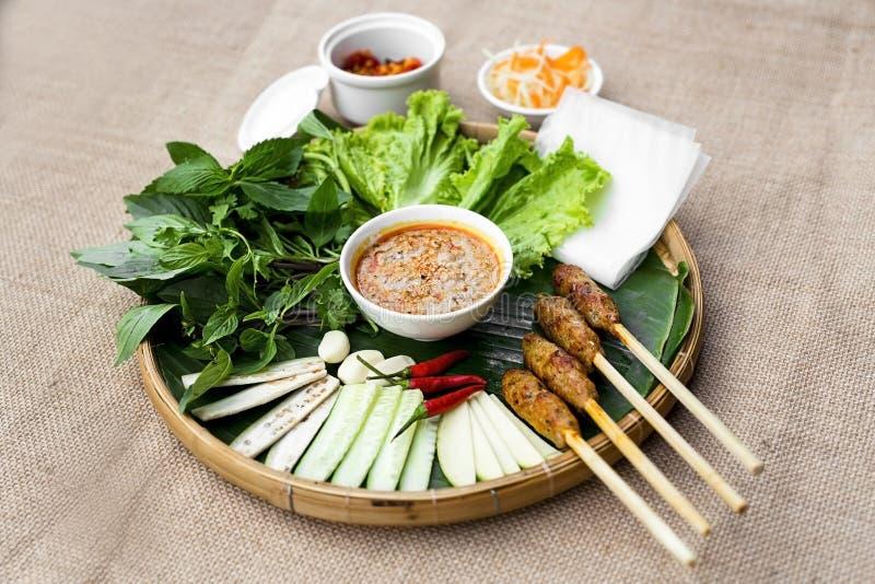 La vietnamita ha fermentato il rotolo o all'unanimità la tonalità della carne di maiale con lattuga, erbe fotografia stock libera da diritti