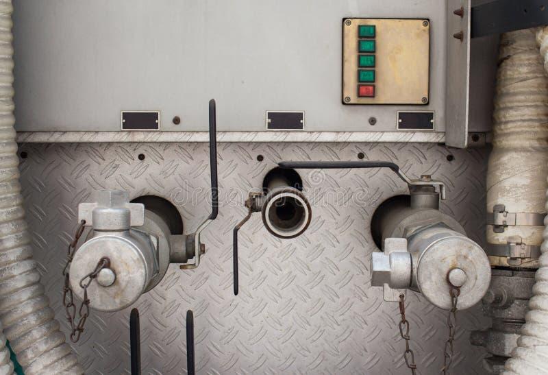 La vieux valve et robinets à haute pression industriels metal le tube photo libre de droits