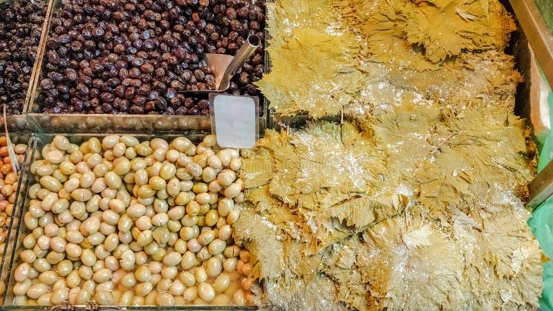 La vigne part, des feuilles de raisin et des olives organiques en vente dans le turc images libres de droits
