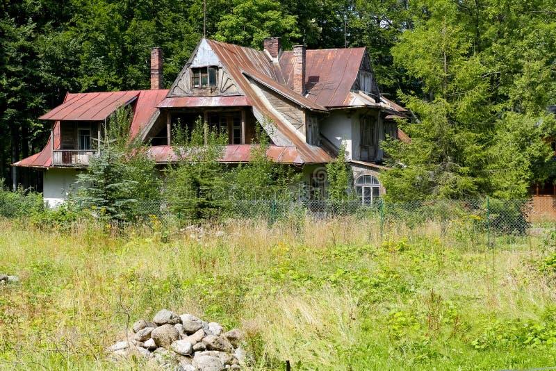 La villa en bois semble négligée et abandonnée images stock