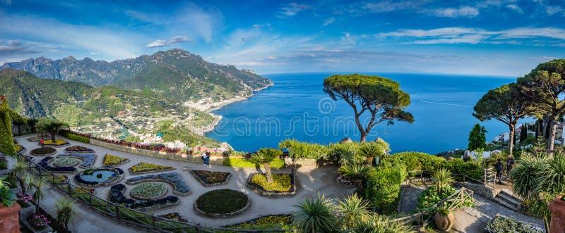 La villa guidée Rufolo et lui est des jardins dans l'arrangement de sommet de montagne de Ravello sur le littoral le plus beau de photos libres de droits
