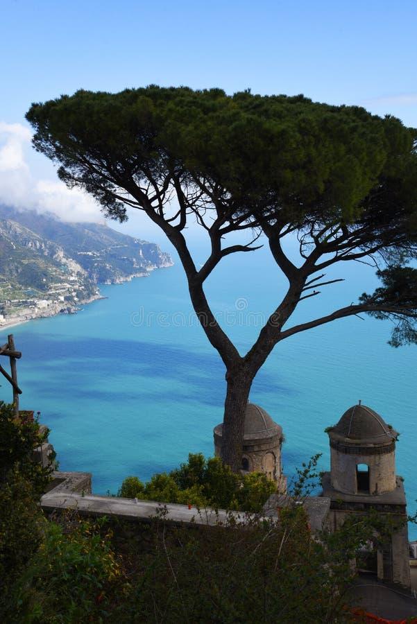 La villa Rufolo dans Ravello a des points de vue fantastiques en bas de la côte d'Amalfi de ses jardins et terrasses photographie stock libre de droits
