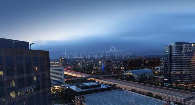 La ville allume la vue aérienne de route de la plage de Newport photographie stock