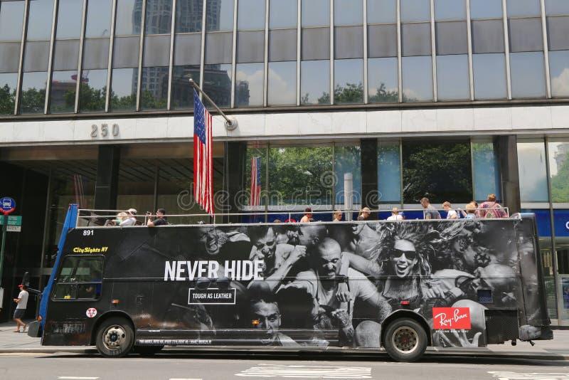 La ville aperçoit l'houblon de NY sur l'houblon outre de l'autobus à Manhattan images libres de droits