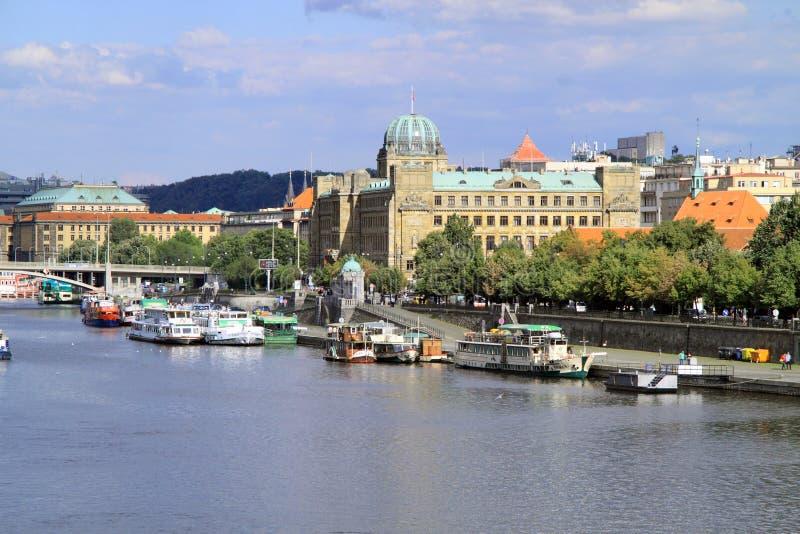 Download La Ville D'or De Prague Est Pleine De Vieux Bâtiments Image stock éditorial - Image du canotage, historique: 76080244