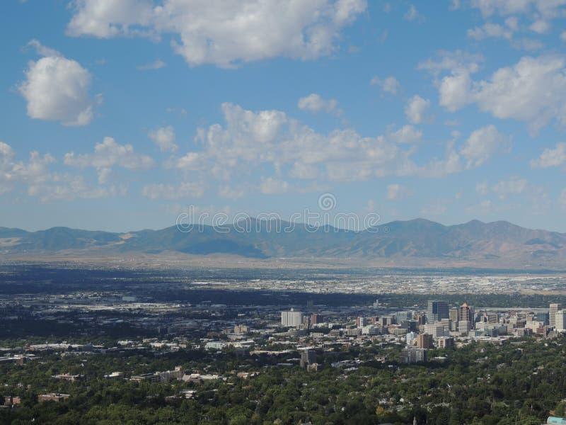 La ville dans la vallée image stock