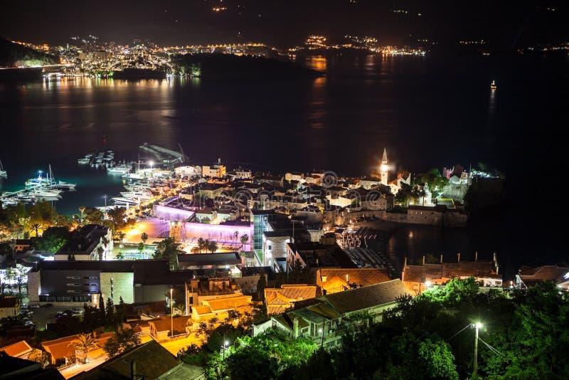 La ville de Budva - la partie moderne est parmi les gammes de montagne Panorama du Budva la Riviera la nuit Monténégro, l'Europe image stock