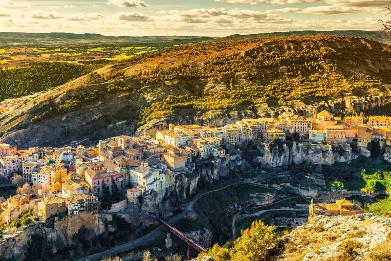 La ville de Cuenca a situé sur le dessus des roches, La Mancha, Espagne de la Castille image stock