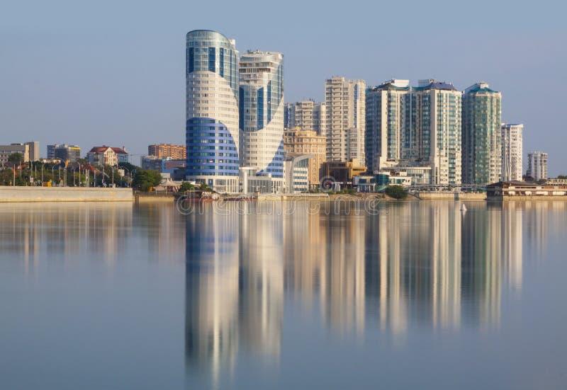 La ville de Krasnodar, la réflexion de Chambre de rivière de Kuban dans W images stock