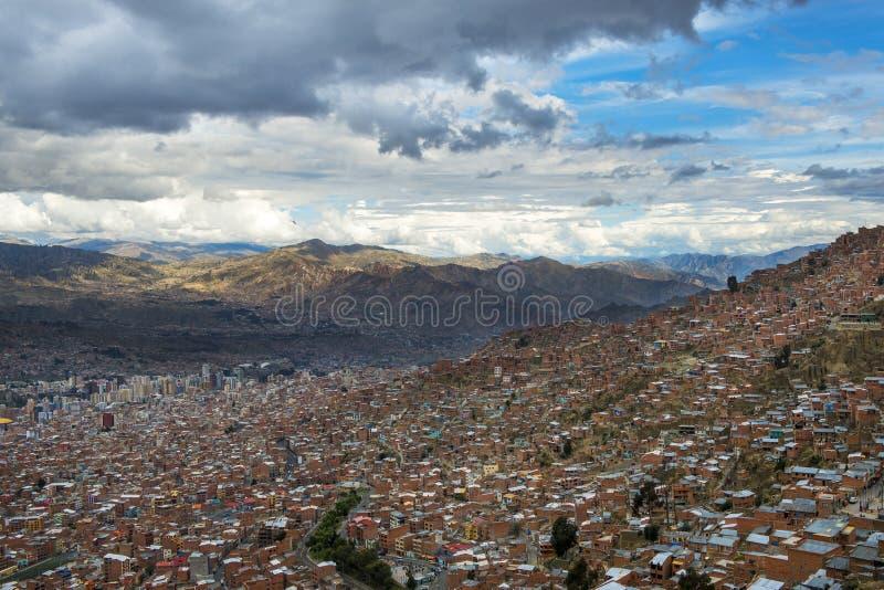 La ville de La Paz vue d'El Alto et les montagnes environnantes sur le fond, en Bolivie photos stock