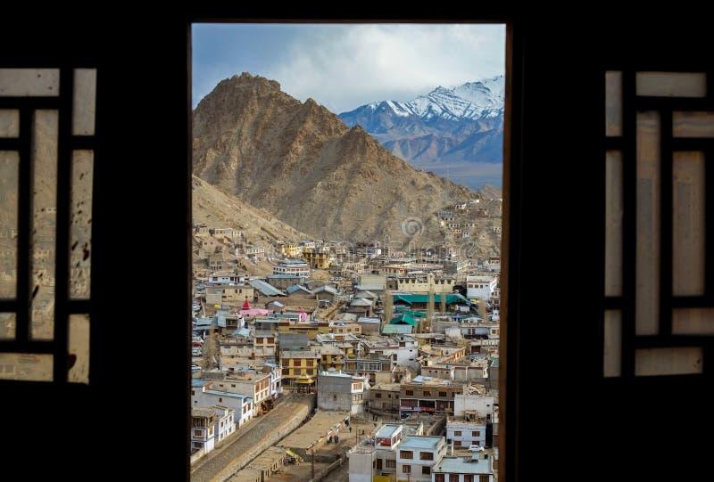 La ville de Leh par des fenêtres de palais de Leh photographie stock libre de droits