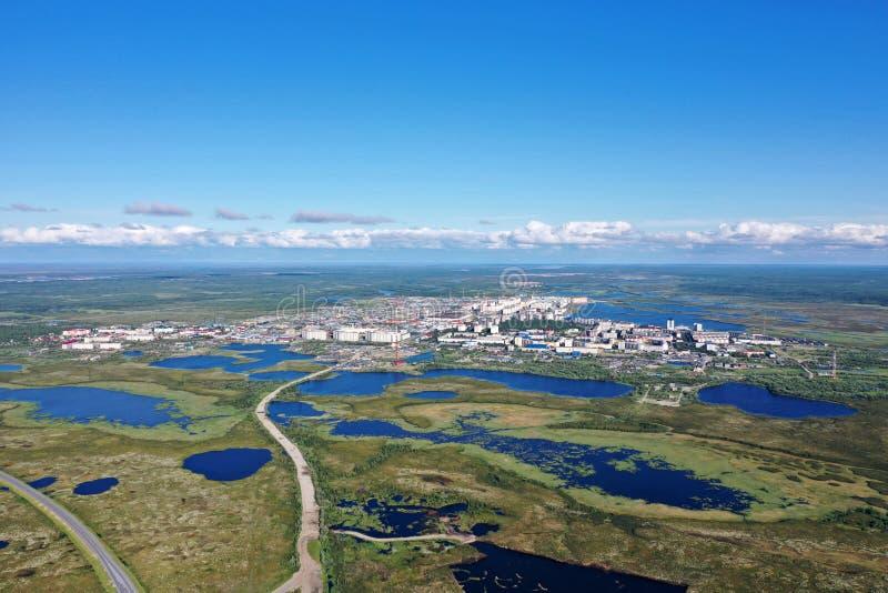 La ville de Nadym parmi les marais de toundra du nord de la Sibérie en Russie image stock
