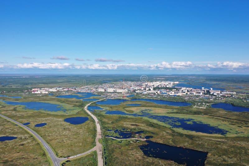 La ville de Nadym parmi les marais de toundra de la Sibérie du nord photographie stock libre de droits