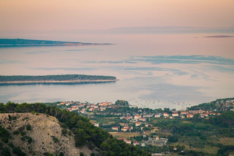 La ville de Rab, station touristique croate célèbre pour son quatre bel image stock