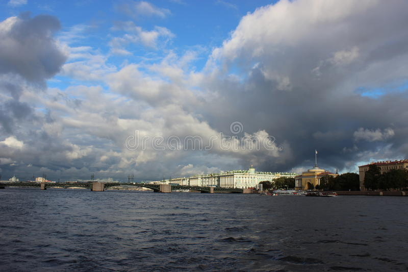 La ville de St Petersburg, pont de palais photo libre de droits