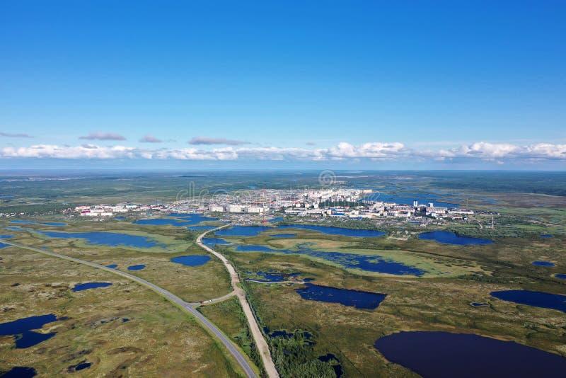 La ville de la toundra de Nadym pendant l'été parmi les marais de la Sibérie du nord en Russie photo stock