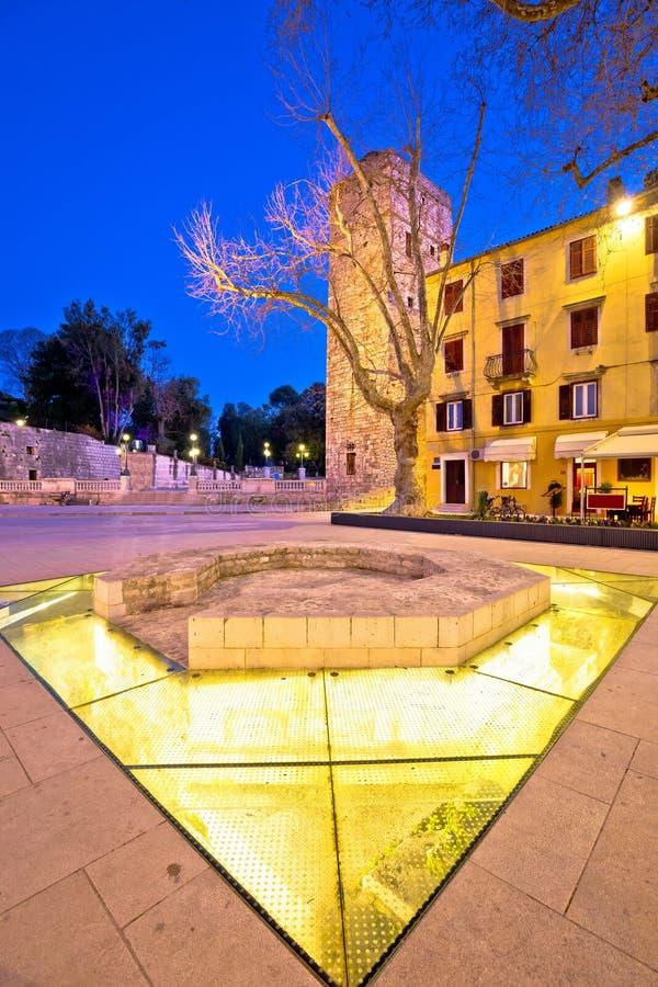 La ville de Zadar cinq puits ajustent la vue de soirée photo stock