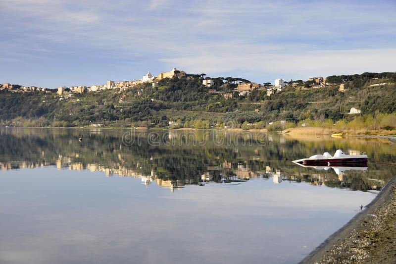 Castel Gandolfo réfléchissant sur le son image libre de droits
