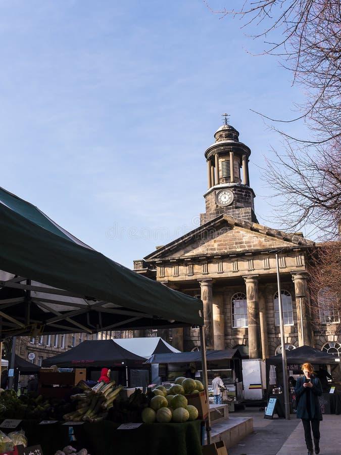 La ville et le musée militaire, avec le marché hebdomadaire d'agriculteurs à Lancaster Angleterre au centre de la ville photo libre de droits