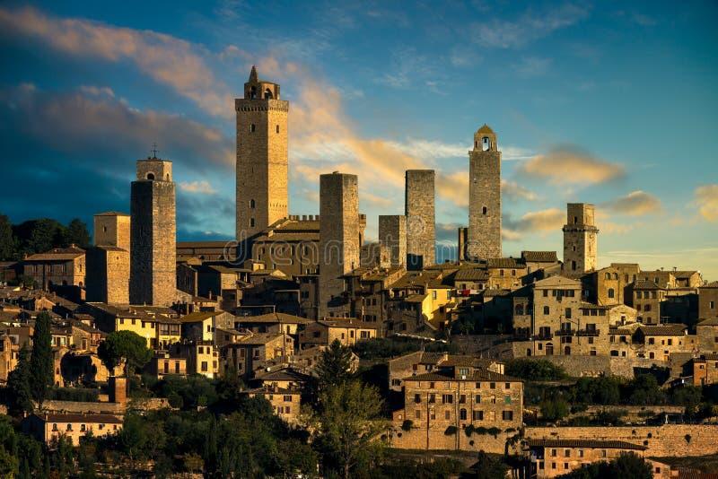 La ville médiévale de San Gimignano domine horizon et paysage tuscan photographie stock