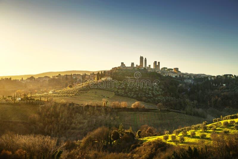 La ville médiévale de San Gimignano domine horizon et paysage tuscan photographie stock libre de droits
