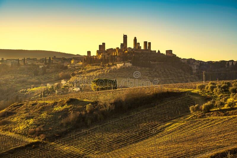 La ville médiévale de San Gimignano domine horizon et paysage tuscan images stock