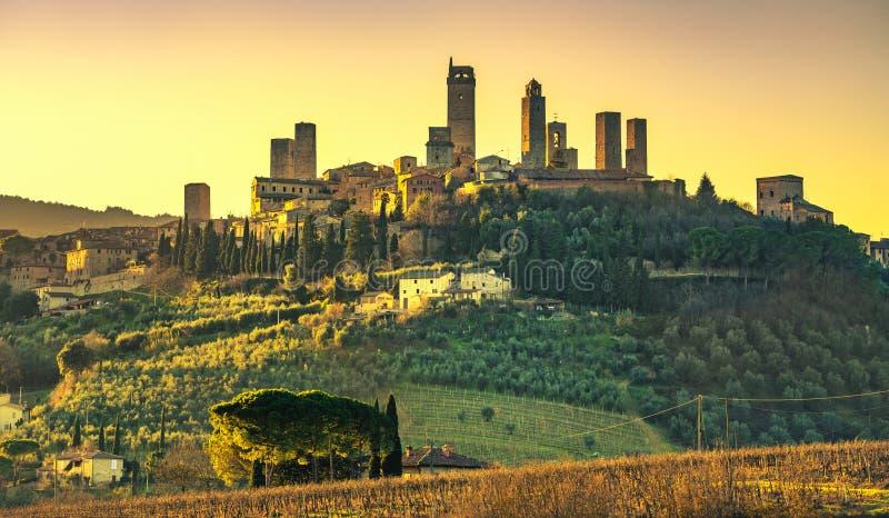 La ville médiévale de San Gimignano domine horizon et paysage tuscan photo libre de droits