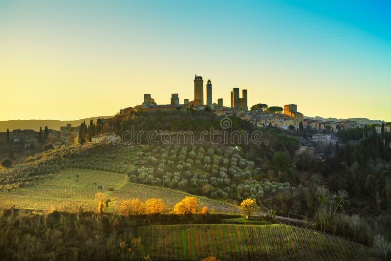 La ville médiévale de San Gimignano domine horizon et paysage tuscan image stock
