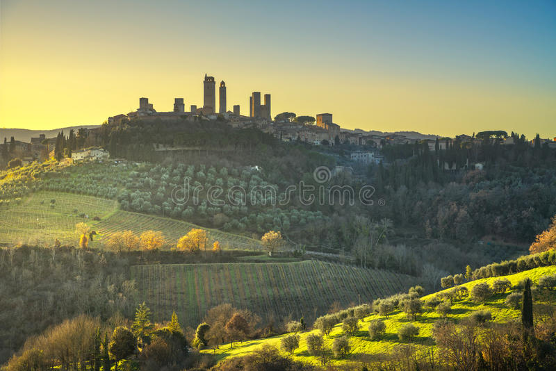 La ville médiévale de San Gimignano domine horizon et paysage tuscan photos libres de droits