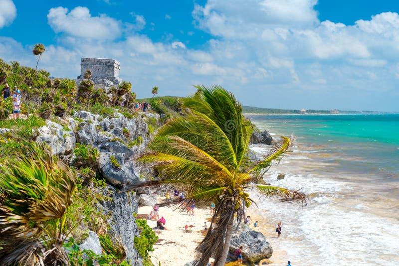 La ville maya antique de Tulum sur une falaise par l'océan au Mexique photo stock