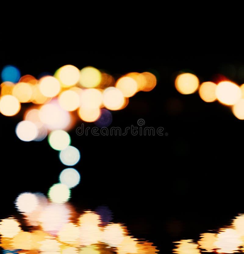 La ville s'allume à l'arrière-plan avec les taches de flou de la lumière photos stock