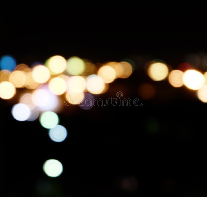 La ville s'allume à l'arrière-plan avec les taches de flou de la lumière images stock