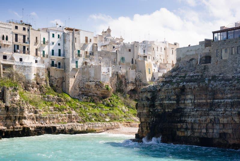 La ville s'est reposée sur une roche par la mer ionique, Polignano une jument, Pouilles, Italie photo stock