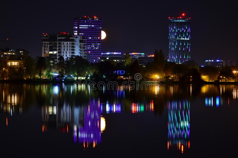 La violeta enciende escena de la noche con la reflexión de la Luna Llena y del agua imagenes de archivo