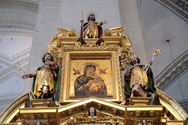 La Virgen María con el niño Jesús rodeado por las estatuas de santos imagenes de archivo