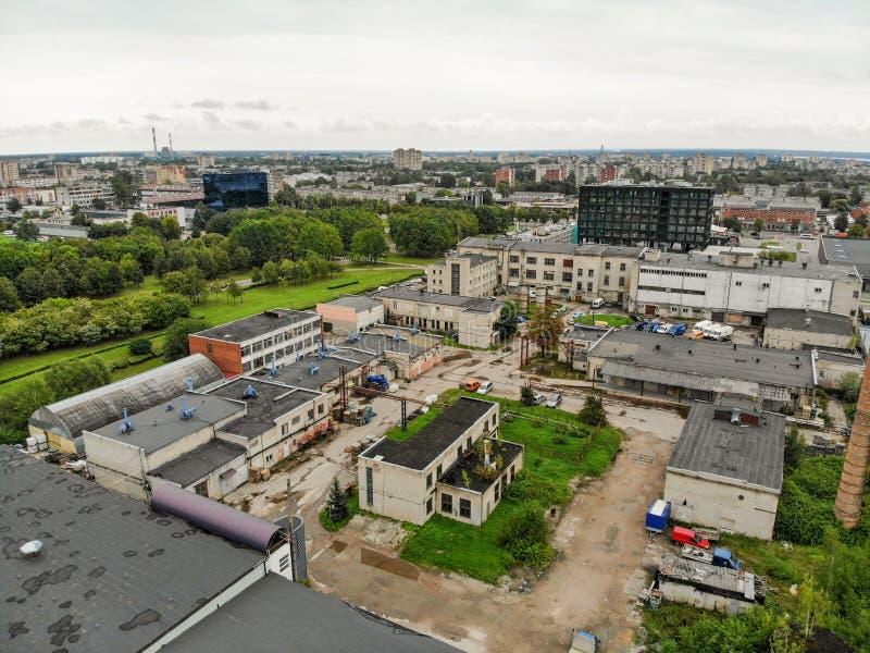 La visión aérea abandonó edificios industriales en Kaunas, Lituania foto de archivo