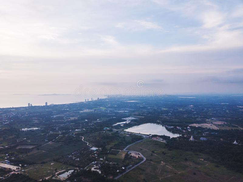 La visión aérea ajardinó de la ciudad de Pattaya en Tailandia, por la mañana en la oscuridad foto de archivo