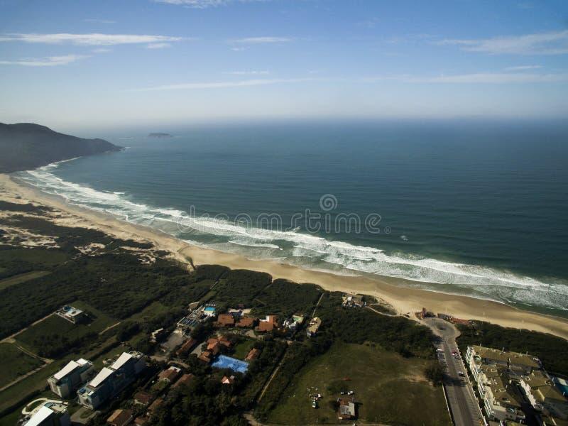 La visión aérea Costao hace la playa del santinho en Florianopolis, el Brasil En julio de 2017 imágenes de archivo libres de regalías