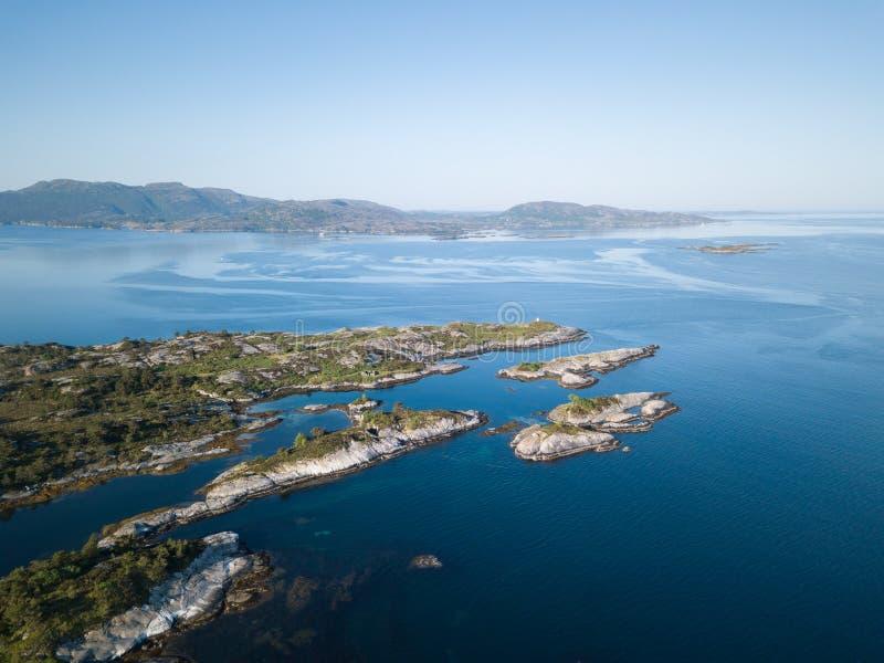La visión aérea sobre el fiordo rocoso apuntala en Noruega imagen de archivo