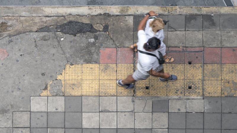 La visión aérea y la visión superior con la gente caminan en área comercial con foto de archivo