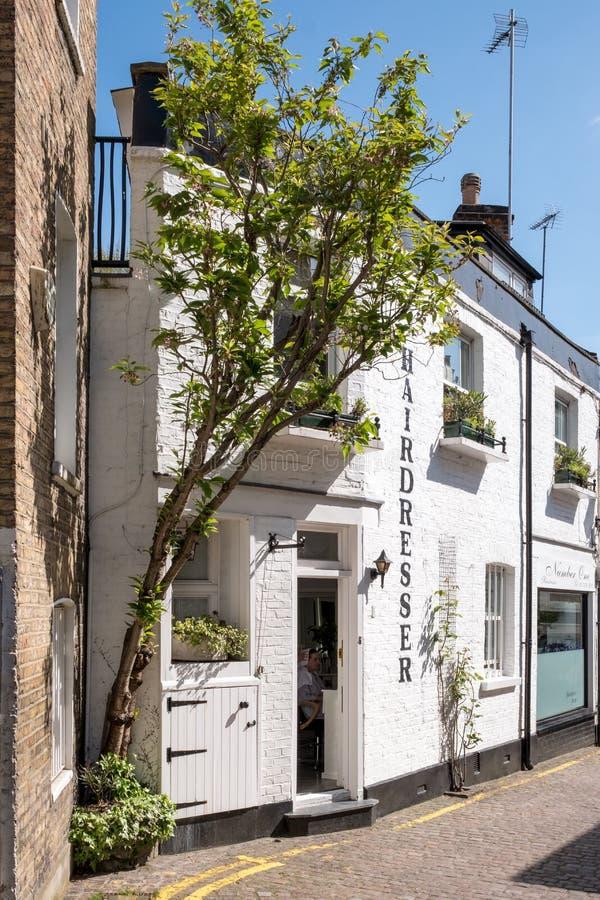 La visión abajo de un peculiar maúlla calle secundaria en Kensington, Londres Reino Unido, mostrando edificios pintados blanco fotos de archivo libres de regalías