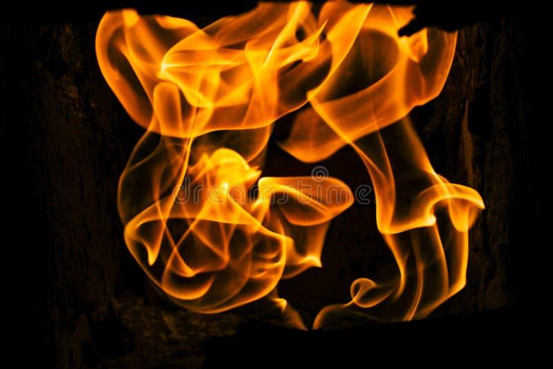 la visión asombrosa hermosa en el fuego ardiente flamea en la estufa de piedra adentro foto de archivo libre de regalías