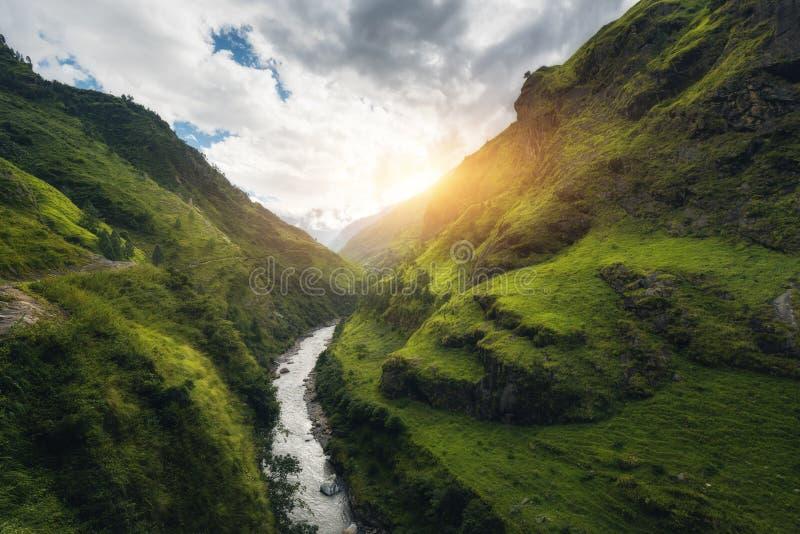 La visión con sorprender las montañas Himalayan cubrió la hierba verde, río fotos de archivo