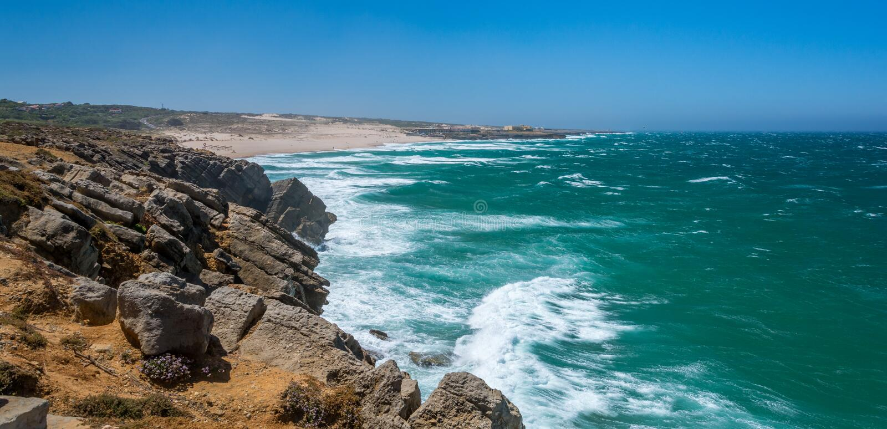 La visión costera cerca del Praia hace Guincho, Costa Vicentina, Portugal foto de archivo