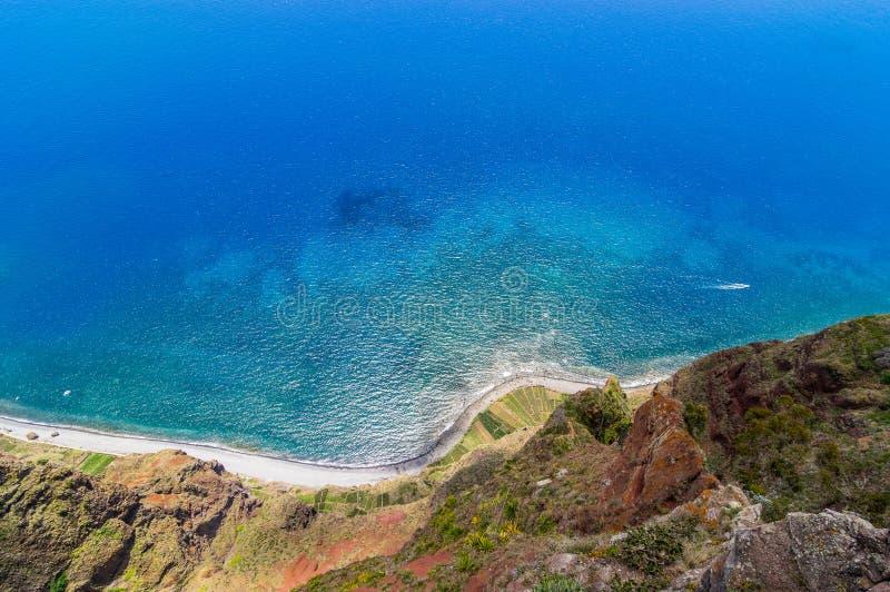 La visión desde Cabo Girao a la agricultura coloca a lo largo de la costa, Madeira foto de archivo