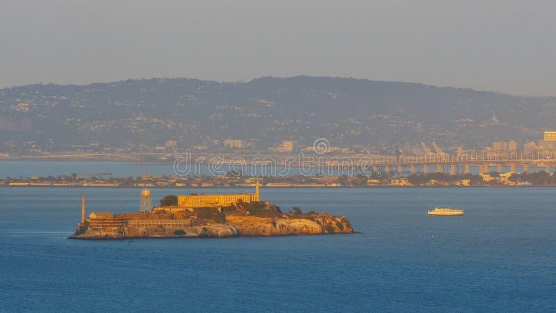 La visión desde la chaqueta de punto de la batería de la isla de alcatraz en San Francisco en la puesta del sol imagen de archivo